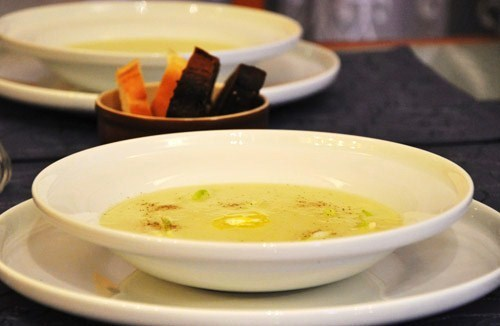 деревенский французский суп-пюре, очень нежный - сливки, масло, крахмалистый картофель и лук-порей