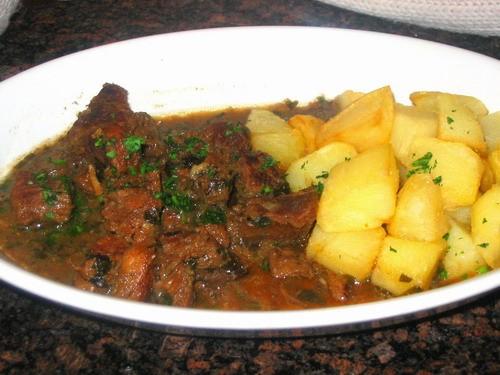гуляш из говядины с отварным картофелем и блины с мясом и сметаной