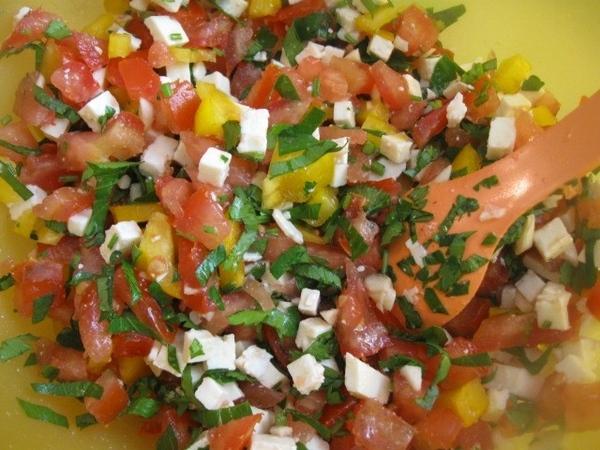 Неожиданно в холодильнике обнаружился еще кусочек желтого болгарского перца – добавляем его также (... - 2