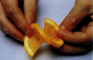 Нарезанные кружочки апельсина толщиной около 2-х мм надо аккуратно надрезать по радиусу точно до це... - 4