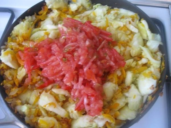Мякоть кабачков добавляем к луку с морковью в сковороду - 4