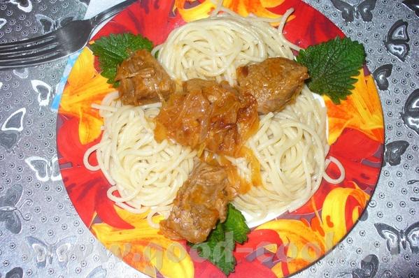 спагетти с подливкой из говядины рецепт мясо нарезать на небольшие кусочки, и варить доготовности