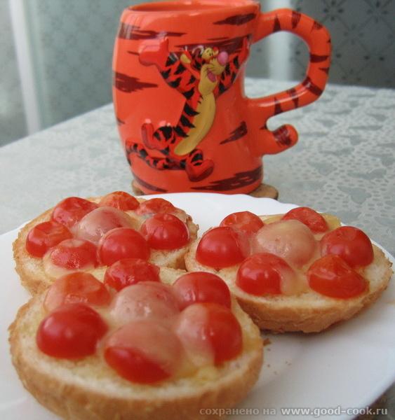 горячие бутерброды с томатами черри под сыром горячие бутерброды с колбасой и томатами черри под сы...
