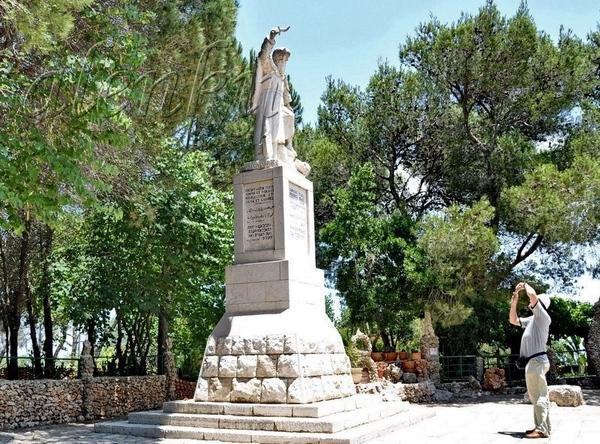 Пройдя чуть дальше,перед нами открывается небольшая церковь и в полный рост статуя пророка Ильи, с... - 2