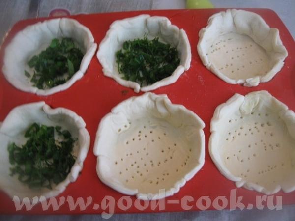 Укладываем заготовки в смоченную холодной водой форму для тарталеток, дно немного накалываем вилкой...