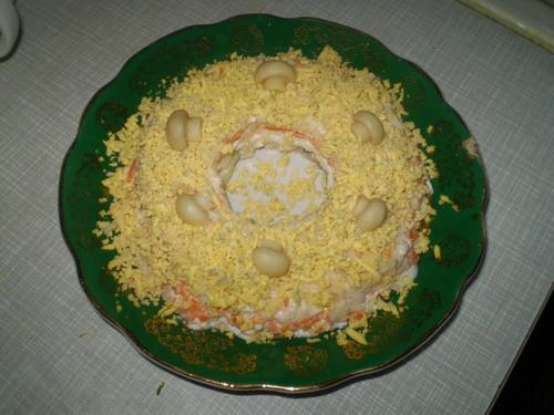 Салат с киви 500 г копченого куриного или отварного окорока 2 вареных яйца 1-2 киви 1 большое яблок...