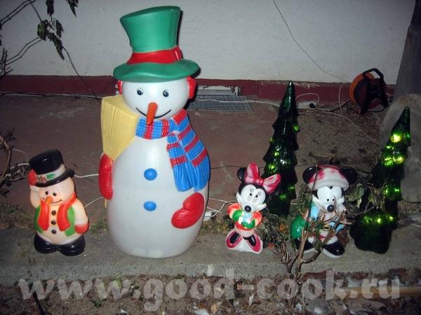 А перед домом стоят такие снеговики Фотки сделала моя подруга, когда бьыли у нас в гостях