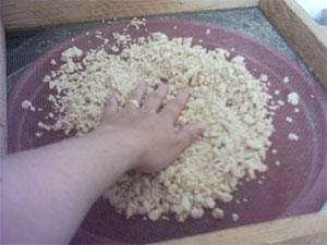 муку просеять и добавить немного в неё соли,влить немного воды примено пол стакана и круговыми движ... - 3