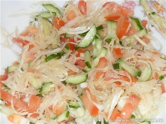 салат из свежей капусты и огурцов и помидор