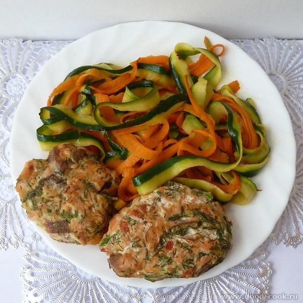 Рыбные котлеты с овощным спагетти