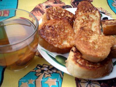 Несу на завтрак еще один вариант гренок с сахаром и, в нашем случае, с узваром Гренки делаю из бато...