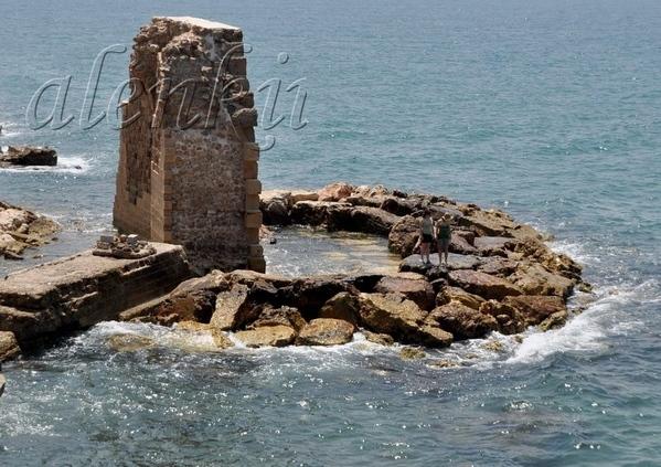 На отколовшейся когда-то стены сидят рыбаки да прохаживаются туристы - 3
