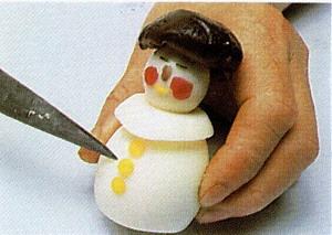 Украшения в виде фигурок снеговичков, лесовичков или гномиков Нужны круто сваренные куриные яйца и... - 6
