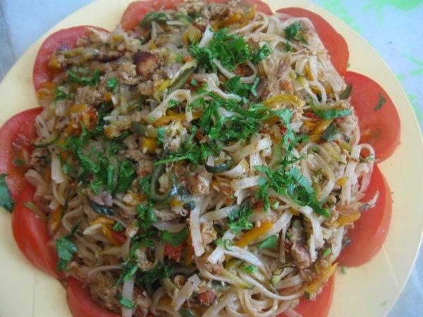 Выкладываем овощи с мясом к лапше и аккуратно их перемешиваем - 4