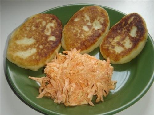 Ну и вкуснятина у всех,а я тут скромненько со своими картофельными зразами(с капустой,и с шампиньон...