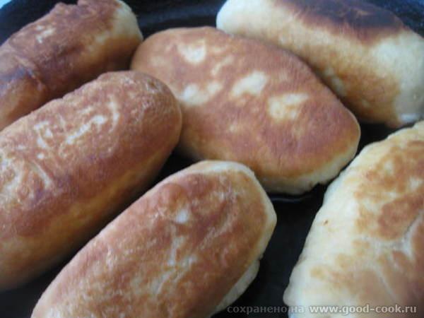 Лепим пирожки и жарим их на растительном масле на сковороде, укладывая швом вниз - 4