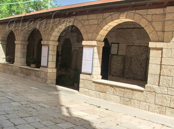 Далее направляемся в сторону маленькой церквушки,которая находится на территории монастыря - 3