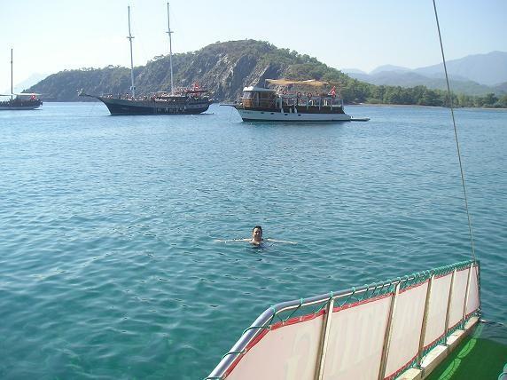 сначало слегка покачивало: вдоль побережья, городок Кирик все яхты плавают по стандартной программе... - 3