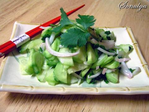 Тайский Салат из Огурцов 2 средних огурчика 1/2 маленькой луковички Кинза или петрушка 1-2 столовыx...