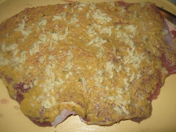 Говяжий пласт мяса солим, перчим и смазываем обильно готовой горчицей - 3
