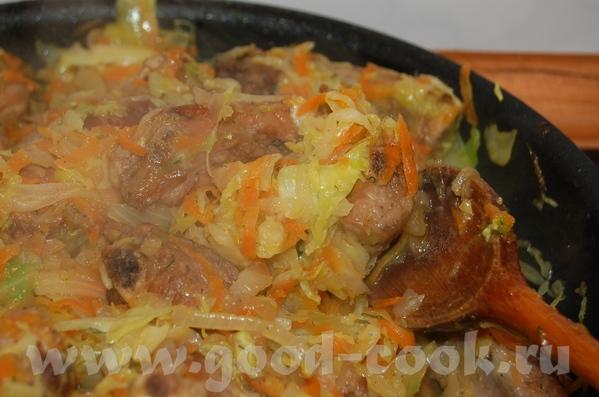 Свиные рёбрышки тушенные с луком , морковью и капусткой