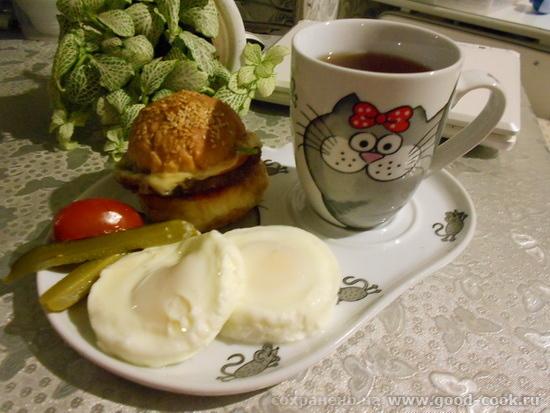завтрак с гамбургером и яйцами