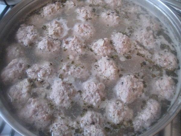 В фарш добавляем соль, перец, пару яиц и любимые травы - 4