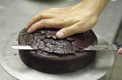 Испечь два кекса в круглой форме (8 инчей в диаметре) Срезать неровный край и разрезать на три корж... - 2