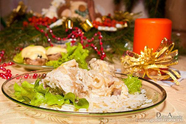 Курица предварительно натирается солью и черным перцем, перемешивается с большим количеством(!) лука...