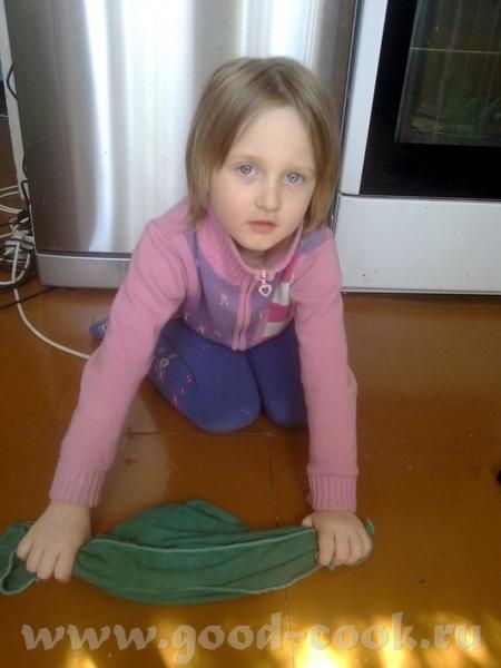 Фото отчет с Соненого ДР: снимаем пробу с салата Надо пол вымыть,а то скоро гости прийдут устала - 2