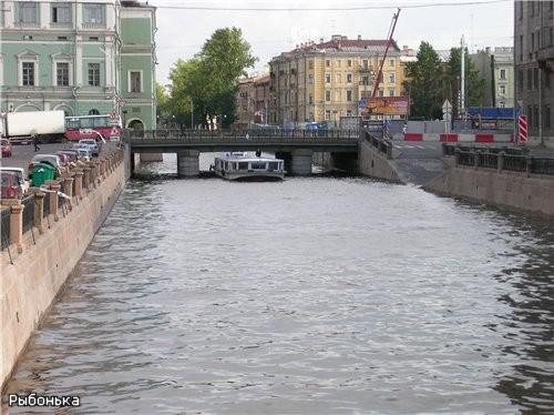 Вид на Крюков канал в другую сторону, под мостом - так называемый Питерский речной трамвайчик (экск...
