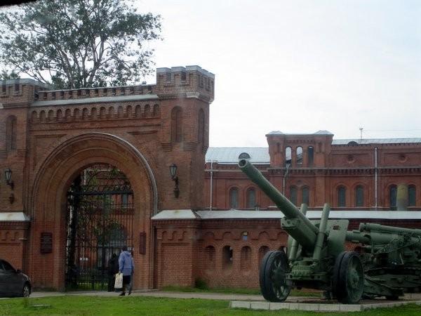 А это видно сзади кирпичное здание - бывший Арсенал, ныне Военно-исторический музей артиллерии, инж... - 2