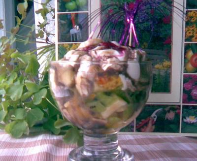 Алисик, глянь, какой салатик фруктовый мне любимый сделал САМ , а до этого момента уверял меня, что...