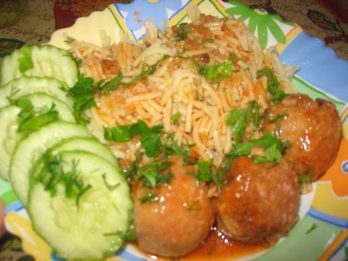 Сегодня у нас на обед вермишелька с тефтельками в томатном соусе И банановые оладушки со сгущенкой...