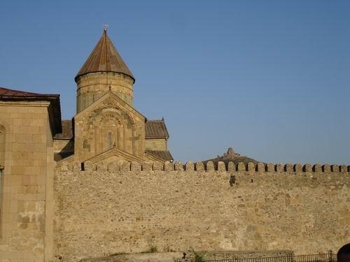 а это - крепостная стена вокруг храма