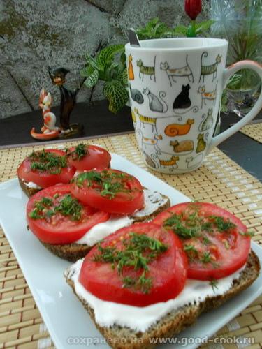 бутерброд с томатами и сметаной