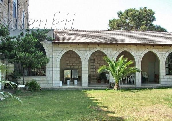 Чуть поодаль церкви находятся приват постройки монастыря, а также скверик с деревьями и цветами