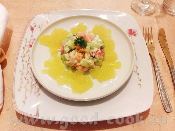 Холодные закуски: Крабовый салат с апельсиновым желе Салат с дыней и тыквенными семечками Профитрол...