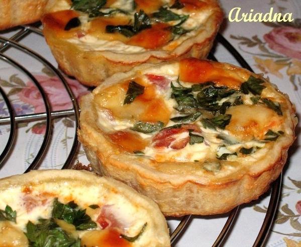 , мне очень нравится вот такой рецепт: Тарталетки с помидорами и сыром Очень вкусная и интересная ш...