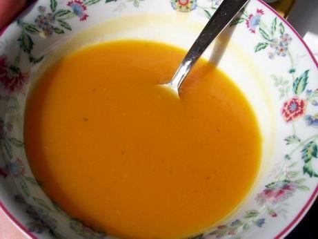 оранжевый суп пюре куриный суп с зеленым горошком фасолевый супчик