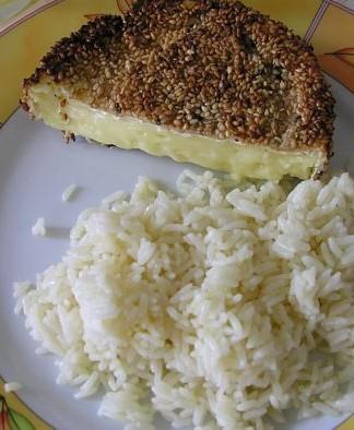 Камамбер в кунжутной панировке с рисом