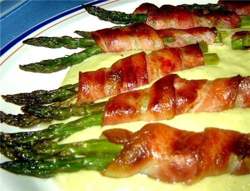 Espбrragos envueltos en bacon con salsa Спаржа, завернутая в бекон под соусом Спаржа - 20 шт