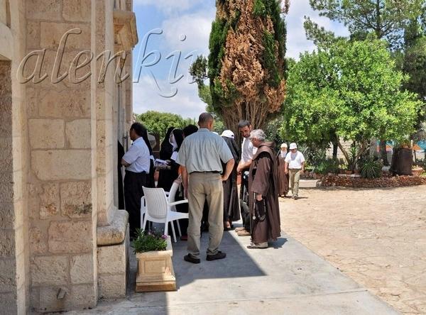 К церкви потянулись монахи и паломники - 4