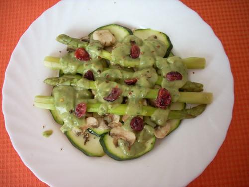 необычный салат, немного пресный- но вместо более яркого вкуса сырые шампиньоны и цуккини сохраняют... - 2