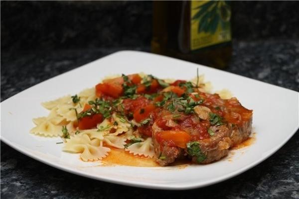 Тушеная свиная шейка в томатах с розмарином свинятины кусок полкило или чуть больше томаты очищенны...