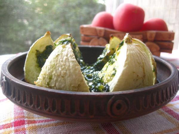 Запеченный патиссон под соусом из базилика