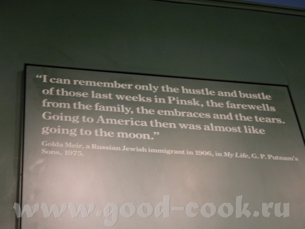 По всему музею развешаны цитаты из дневников, книг, воспоминаний тех, кто прибыл на Елис