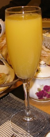 Вспомнила, я в воскресенье друзей на бранч приглашала, выпивали мы такой коктейль Коктейль Мимоза В...