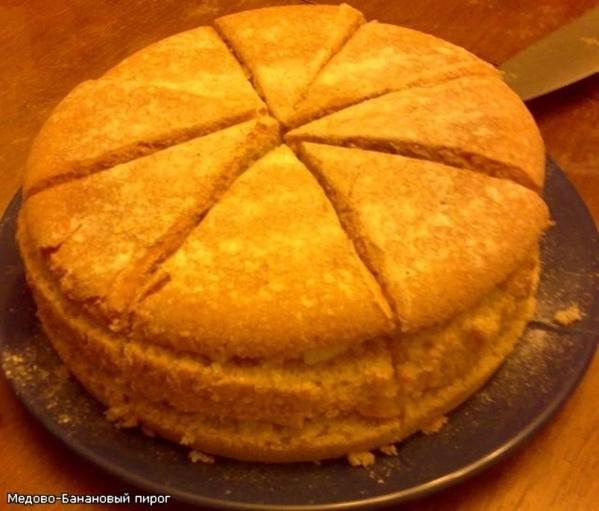 """Вот мой первый бисквит, пирог можно назвать """"из того что было"""", так как кроме меда и бананов в доме..."""