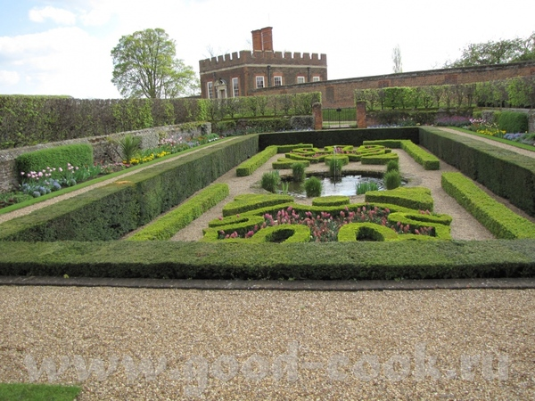 несколько поколений английских монархов перестраивали и расширяли дворец